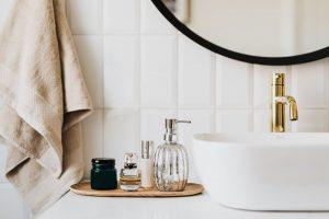 Verschiedene Kosmetikbehälter am Waschbecken