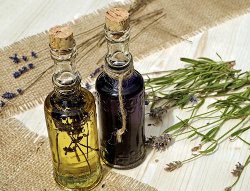 2 Flaschen mit Pflanzenektrakt